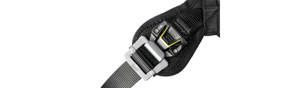 The Petzl AVAO BOD FAST features FAST LT automatic buckles on the leg loops for quick and easy opening and fastening without the need to readjust them, even when wearing gloves.