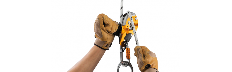 The ergonomic handle allows unlocking of the rope and comfortable descent control.