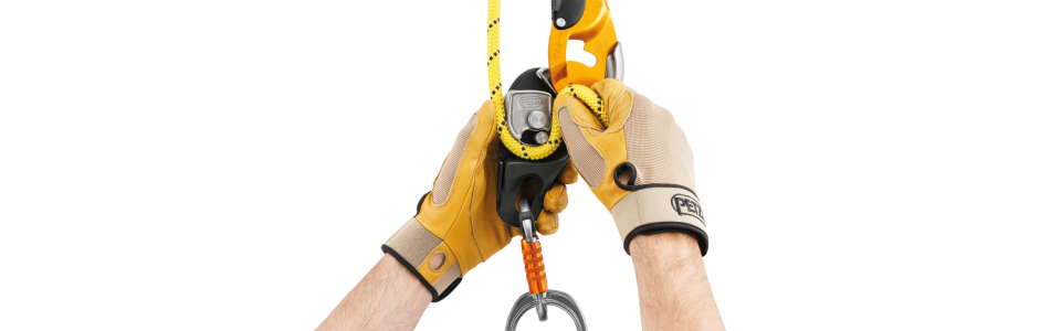 Petzl RIG has a safety gate on the moving side plate allowing the rope to be installed easily while the device remains connected to the harness, facilitating the passage of intermediate anchors.
